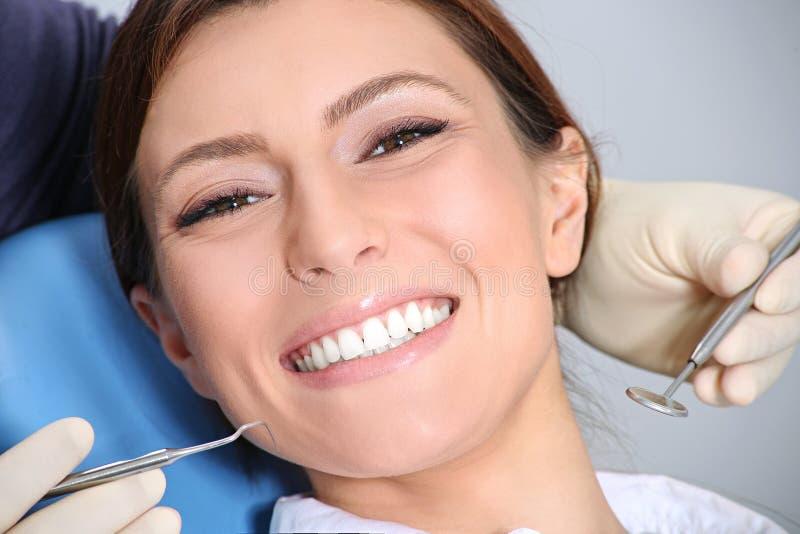 Onderzoek van de tanden in het bureau van de tandarts stock fotografie