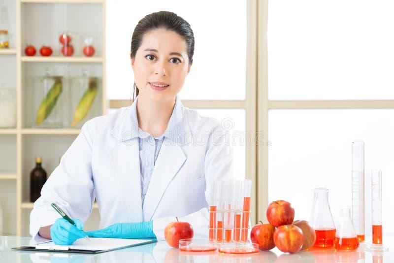 Onderzoeken van de testresultaat van het genetische modificatievoedsel is belangrijk stock afbeeldingen