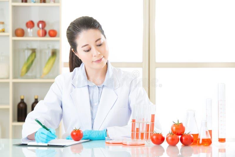Onderzoeken van de testresultaat van het genetische modificatievoedsel is belangrijk royalty-vrije stock foto