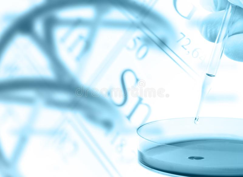 Onderzoeker met petrischaal en DNA-model over periodieke lijst van stock afbeelding