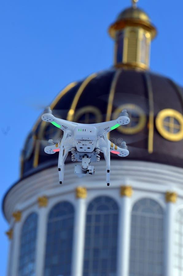 Onderzoekt hommel quadrocopter Spookberoeps 3 met hoge resolutie digitale camera Russische Orthodoxe Kerk stock fotografie