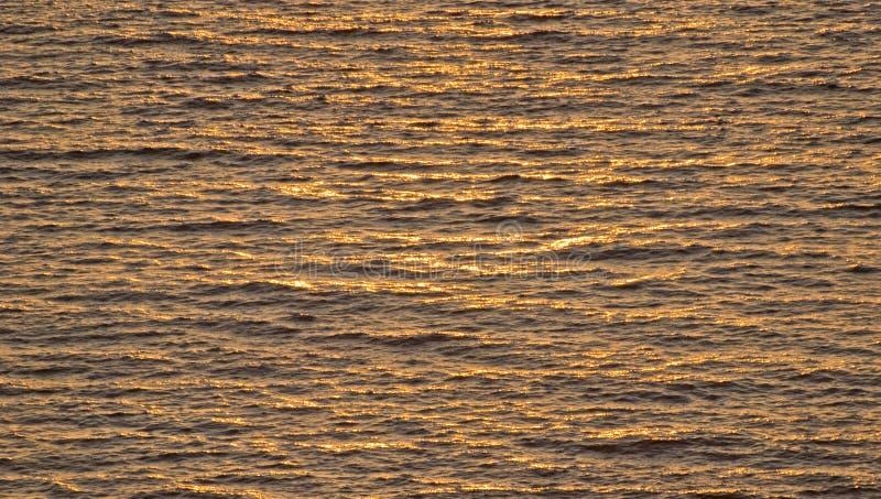 Ondes d'océan au soleil photographie stock