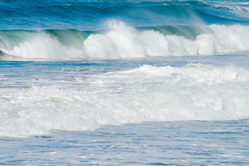 Ondes d'océan et vague déferlante photo stock