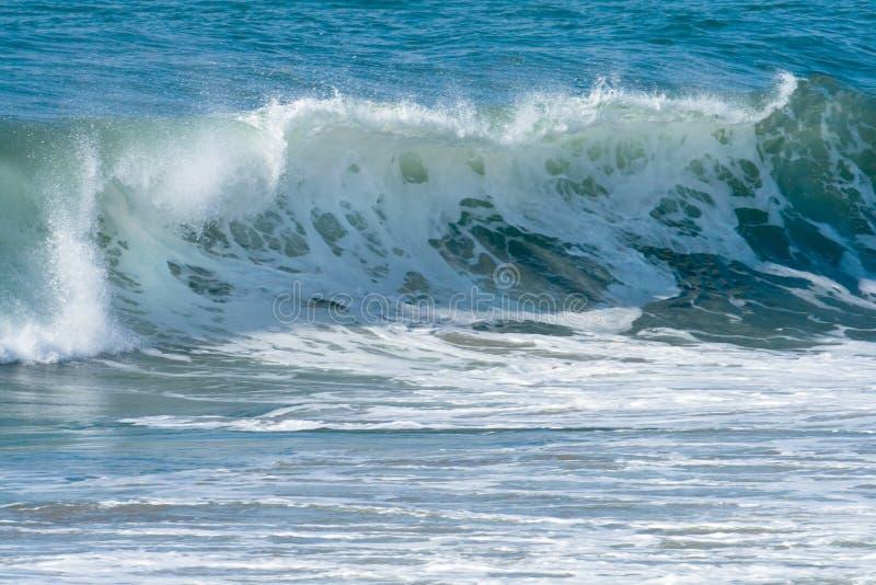 Ondes d'océan et vague déferlante image stock