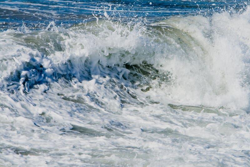 Ondes d'océan et vague déferlante. image libre de droits