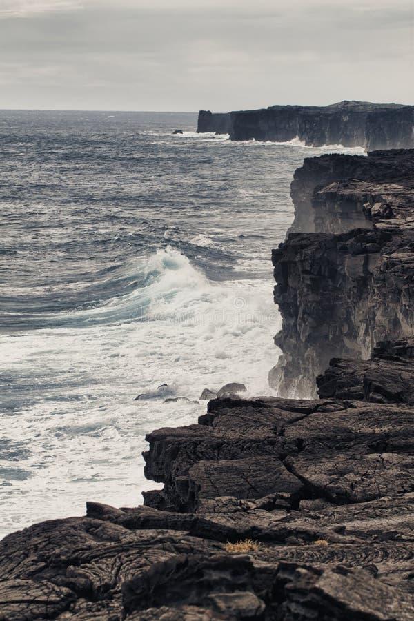 Ondes d'océan heurtant le rivage volcanique image libre de droits