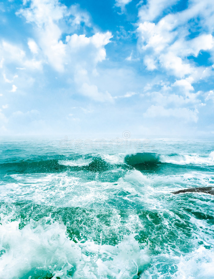 Ondes de mer et le ciel bleu images libres de droits