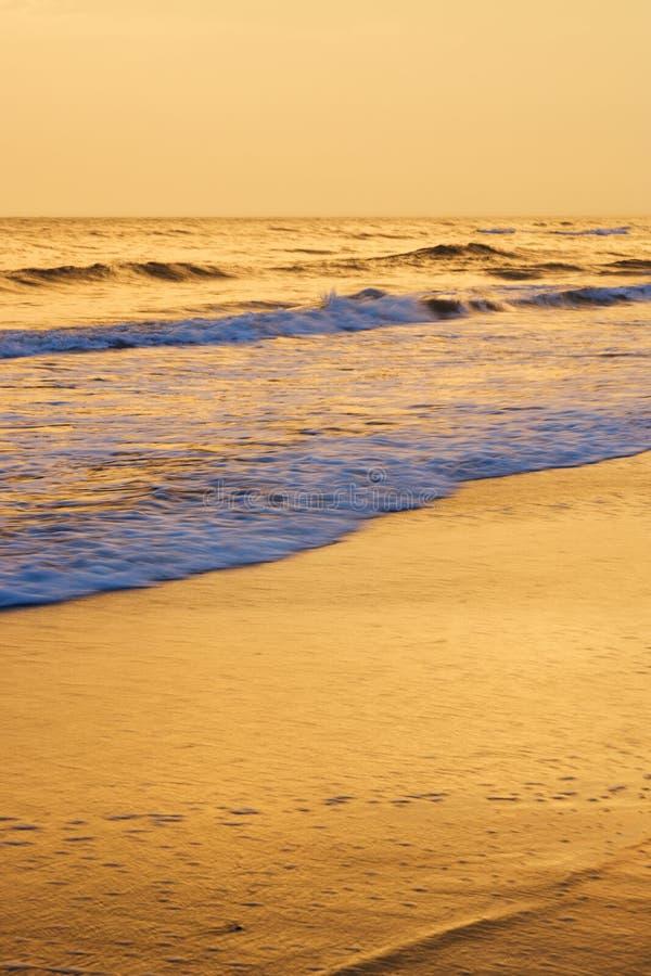 Ondes enroulant sur la plage image libre de droits