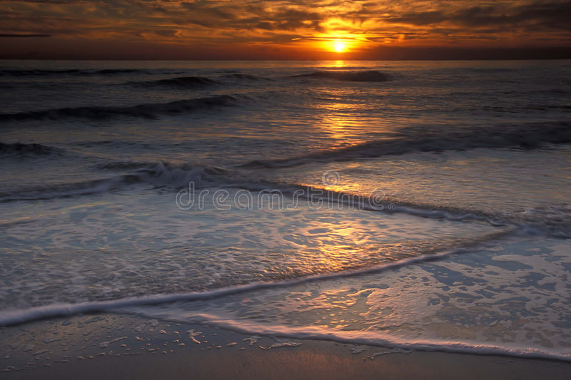Ondes et coucher du soleil photo stock