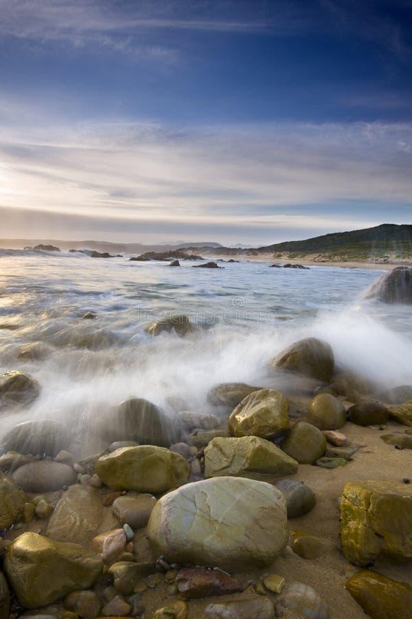 Ondes sur des roches de plage photos stock