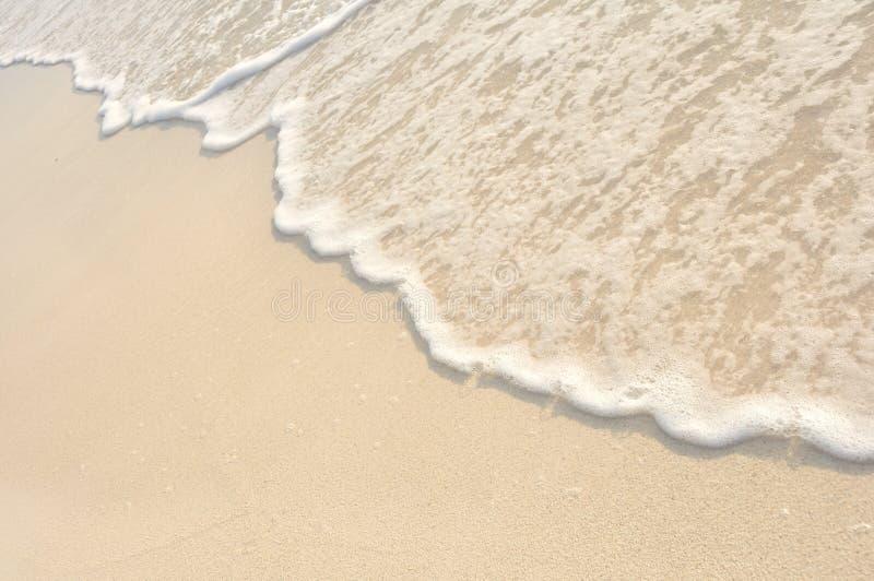 Ondes sur le rivage de la plage blanche de sable image libre de droits