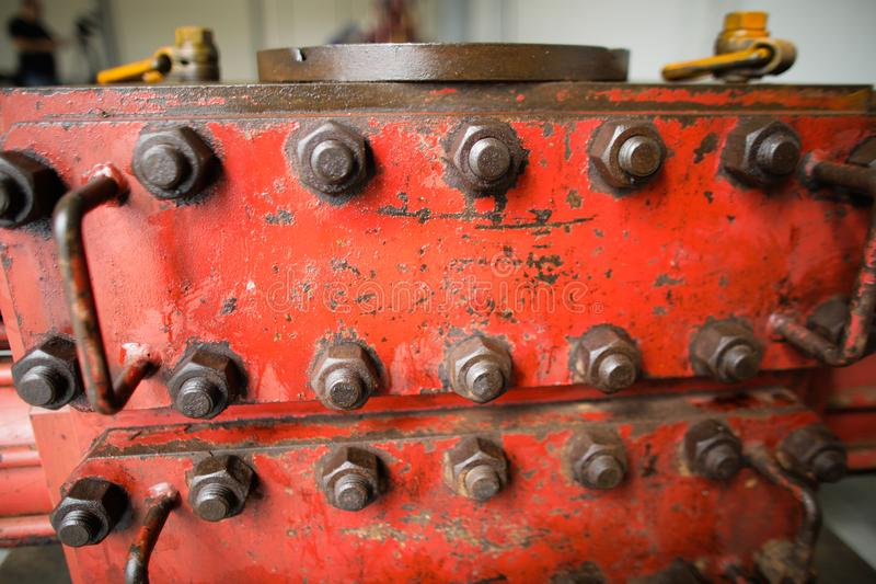 Ondiep velddieptebeeld met uitgeput zwaar ijzer industrieel die materiaal in de olie en gas boor de industrie roestige bouten wor stock afbeelding