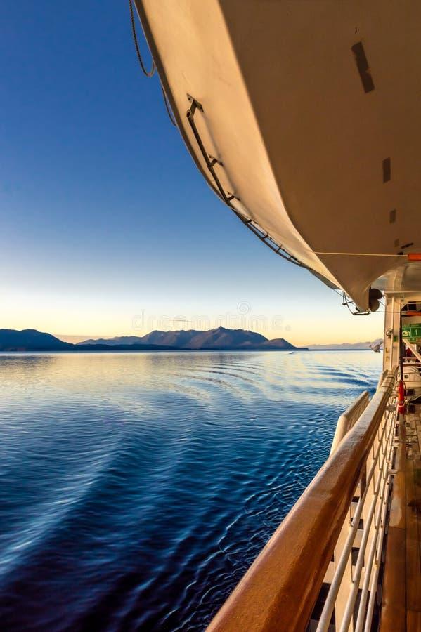 Ondinhas estibordos bonitas da onda da luz e do navio de cruzeiros da manhã, Alaska, EUA imagens de stock royalty free