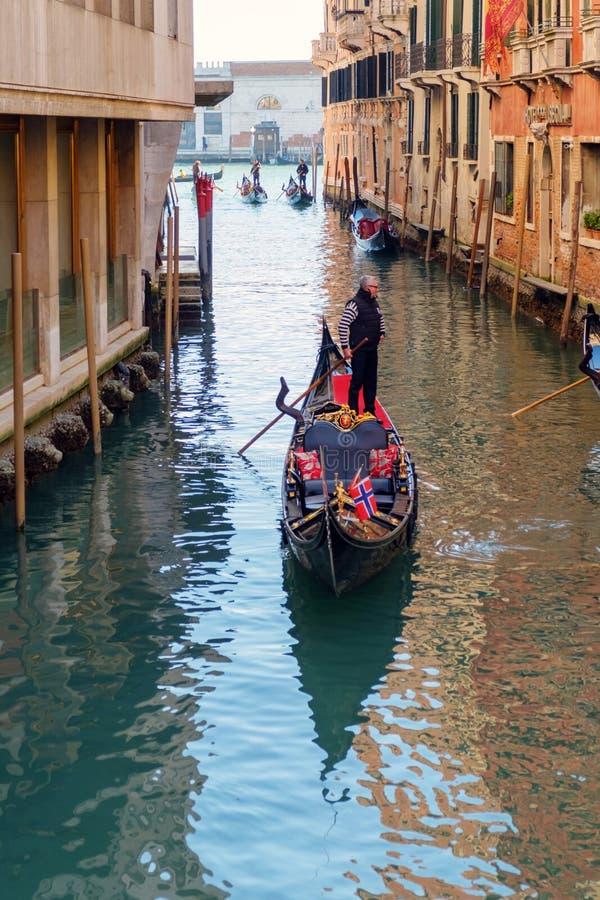 Ondolier roddgondol i kanal med grönt vatten royaltyfri bild