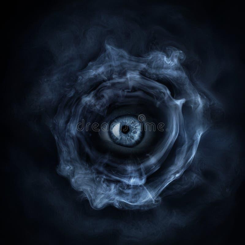 Ondska levande död, spöklikt gigantiskt öga på mörk fasabakgrund Gotiskt utforma arkivfoton