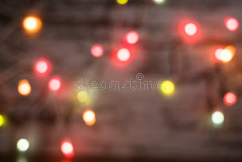 Onduidelijk beeld kleurrijke lichte achtergrond tegen hout royalty-vrije stock afbeelding