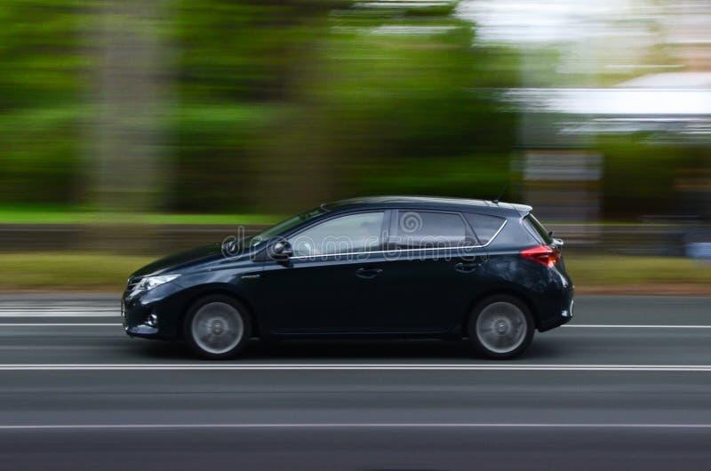Onduidelijk beeld van auto het drijven op weg stock afbeelding