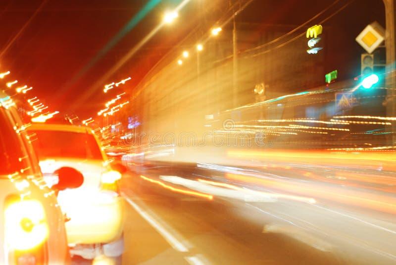 Onduidelijk beeld van auto's en verkeerslichten royalty-vrije stock afbeelding
