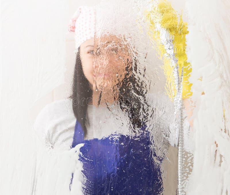 Onduidelijk beeld van glas van de vrouwen het spoelende douche royalty-vrije stock afbeeldingen