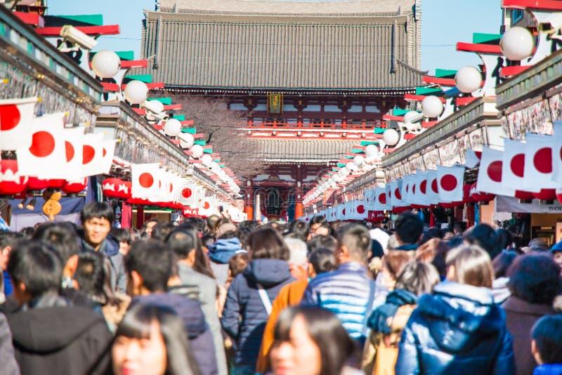 Onduidelijk beeld van Grote kroon de mensen gaan om bij Asakusa-tempel te bidden uit stock afbeelding