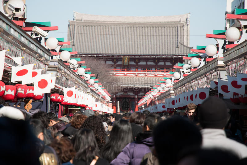 Onduidelijk beeld van Grote kroon de mensen gaan om bij Asakusa-tempel te bidden uit stock foto's