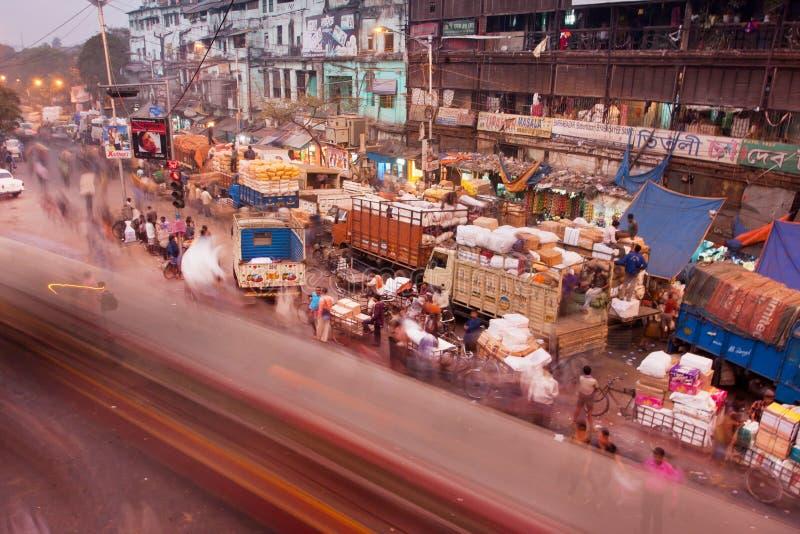 Onduidelijk beeld van krachtige verkeersweg met cycli, auto's en bussen stock afbeeldingen