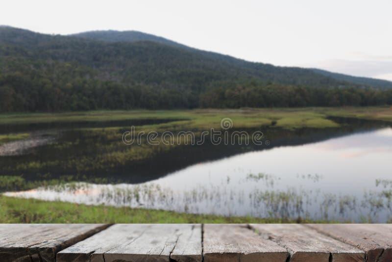 onduidelijk beeldachtergrond van berg en vijver in park met geselecteerde nadruk stock afbeeldingen