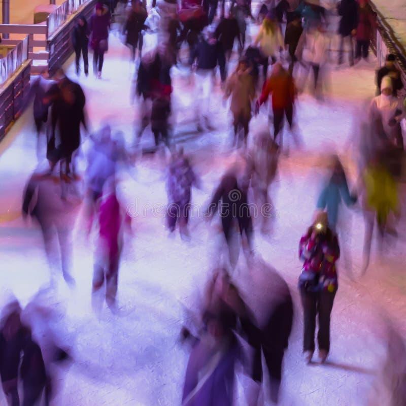 Onduidelijk beeldbeeld met mensen, de winter, vriendschap, sport en vrije tijdsconcept die - op piste in openlucht schaatsen royalty-vrije stock foto's