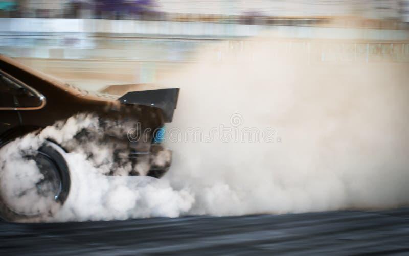 Onduidelijk beeldbeeld van auto die op rasspoor afdrijven stock afbeelding