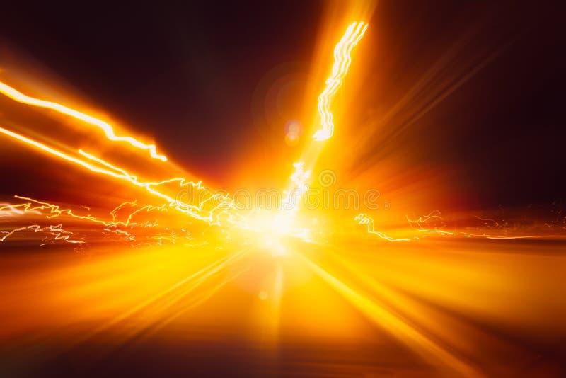 Onduidelijk beeldhoge snelheid op aandrijving van de de weg de snel bewegende motie van de nachtexpressweg met nacht lichte sleep stock foto