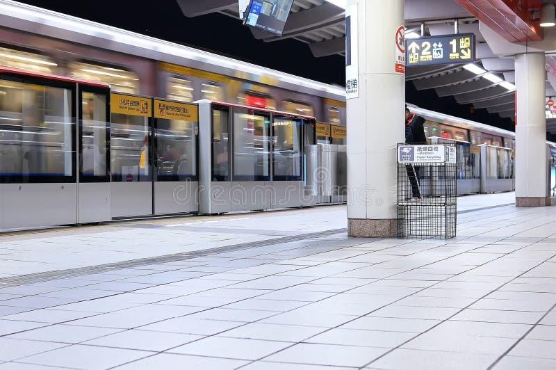 Onduidelijk beeldmotie die van skytrain door het platform in Taipeh Taiwan overgaan stock foto's