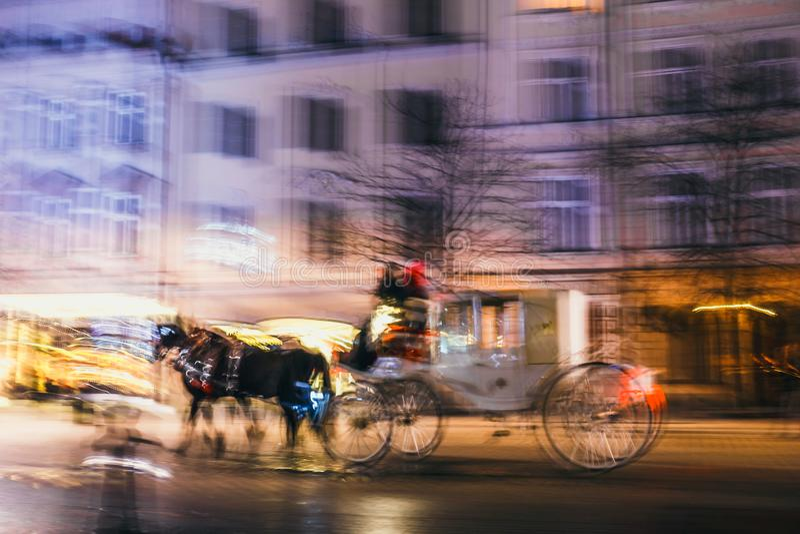 Download Onduidelijk Beeldmotie Van Door Paarden Getrokken Vervoer In De Stadsweg Stock Afbeelding - Afbeelding bestaande uit donker, oriëntatiepunt: 107701849