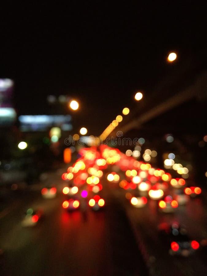 Onduidelijk beeldverkeerslicht op weg stock fotografie