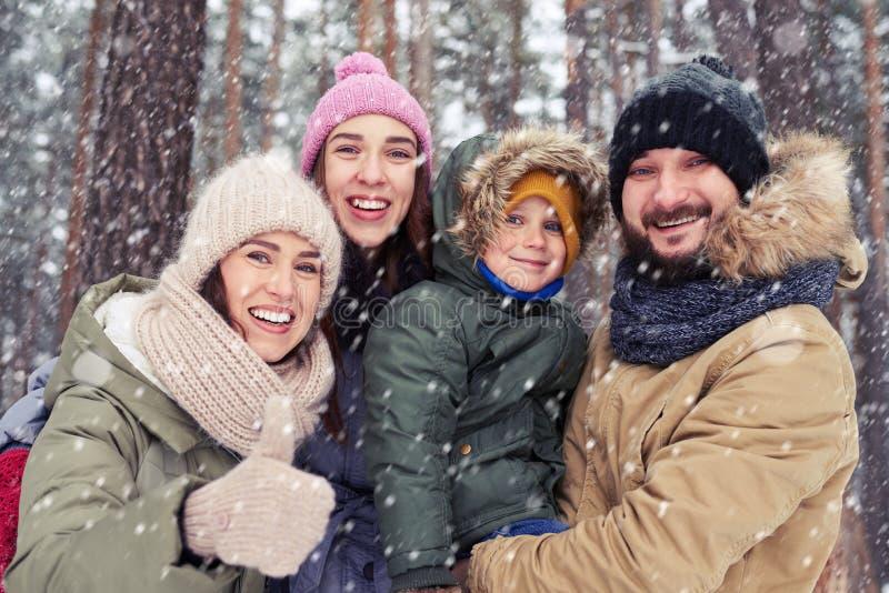 Ondulação de sorriso da família caucasiano nova à câmera e ter o divertimento o foto de stock royalty free