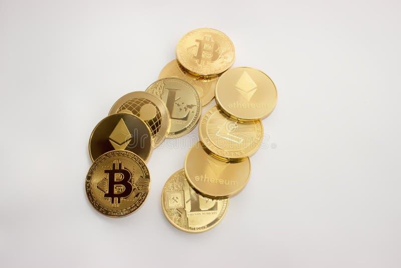 Ondulación del ethereum del litecoin del bitcoin de las monedas de oro imagen de archivo libre de regalías