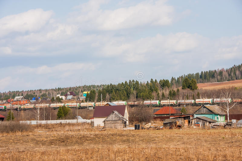 Ondulación permanente, Rusia - 16 de abril 2016: Casas de madera cerca del ferrocarril imagenes de archivo