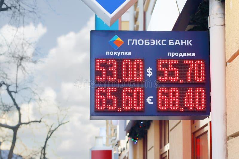 ONDULACIÓN PERMANENTE, RUSIA - 9 DE DICIEMBRE DE 2014: Banco de Globex de la exhibición con los dígitos rojos foto de archivo libre de regalías