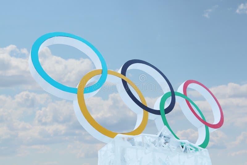 ONDULACIÓN PERMANENTE, RUSIA - 6 DE ENERO DE 2014: Cielo azul y símbolo de Juegos Olímpicos fotos de archivo