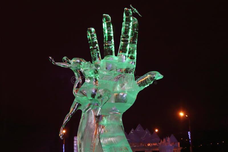 ONDULACIÓN PERMANENTE, RUSIA - 11 DE ENERO DE 2014: Mano de la escultura y mujer del baile adentro imagenes de archivo