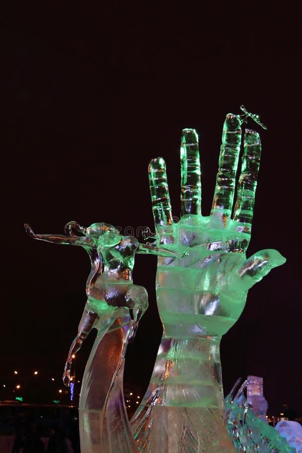 ONDULACIÓN PERMANENTE, RUSIA - 11 DE ENERO DE 2014: Mano iluminada de la escultura imagen de archivo