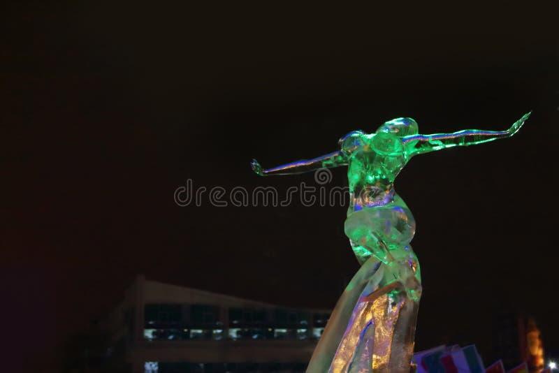 ONDULACIÓN PERMANENTE, RUSIA - 11 DE ENERO DE 2014: Mujer de la escultura en ciudad del hielo foto de archivo