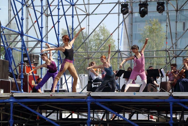 ONDULACIÓN PERMANENTE, RUSIA - 17 DE JUNIO DE 2013: Bailarines en el ensayo en etapa fotos de archivo