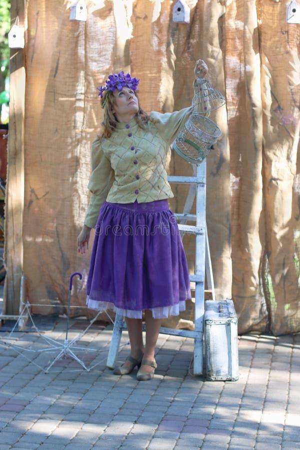 ONDULACIÓN PERMANENTE, RUSIA - JUNIO, 23, 2014: Mujer con la jaula en la demostración de la ondulación permanente imágenes de archivo libres de regalías