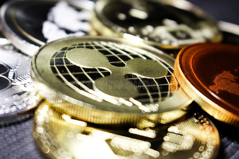 Ondulación - un nuevo cryptocurrency que revoluciona el pago digital - moneda con otras monedas crypto fotografía de archivo