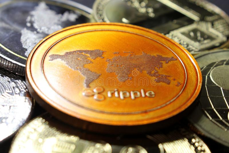 Ondulación - un nuevo cryptocurrency que revoluciona el pago digital - moneda con otras monedas crypto fotos de archivo libres de regalías
