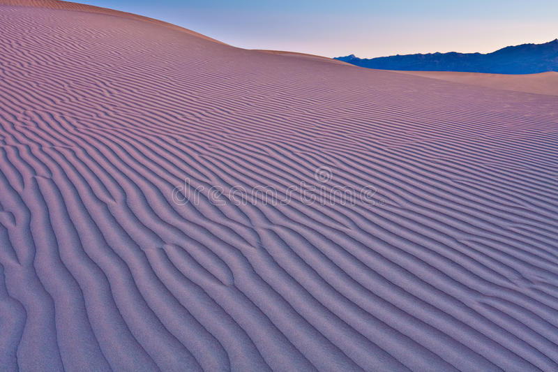 Ondulaciones de la duna de arena imagenes de archivo