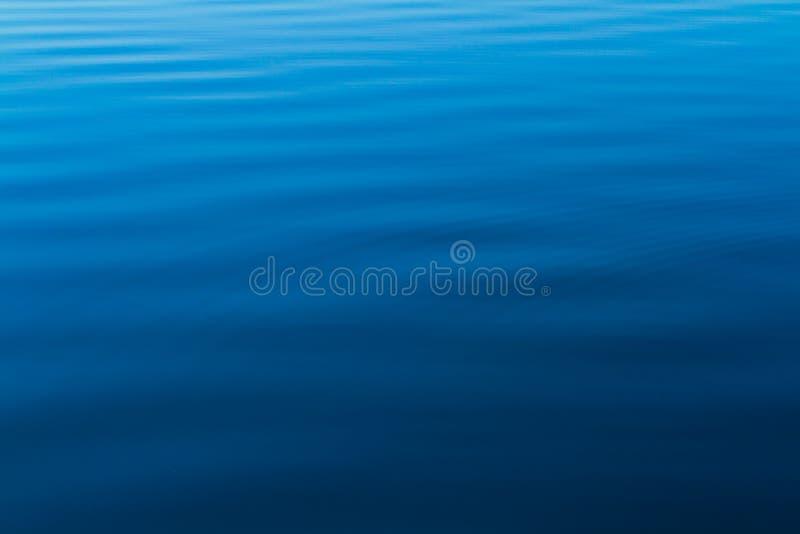 Ondulaciones del agua azul del océano imagen de archivo libre de regalías