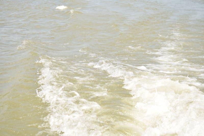 Ondulaciones del barco en agua foto de archivo