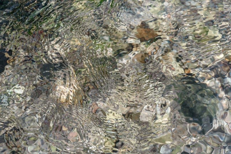 Ondulaciones en el agua, el agua de río transparente y los filones - un natu fotos de archivo libres de regalías