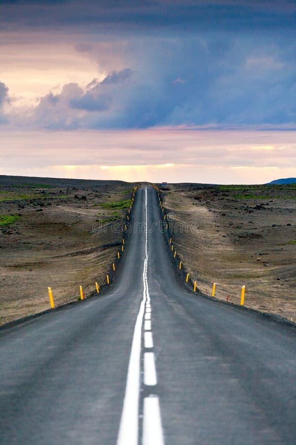 Ondulated en lege weg in het sub-artic Ijslandse landschap stock fotografie